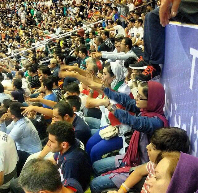 تصاویر 10 خانم نظاره گر هنرنمایی والیبالیست های ایرانی مقابل آمریكا