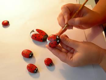 آموزش نقاشی روی سنگ طرح کفشدوزک
