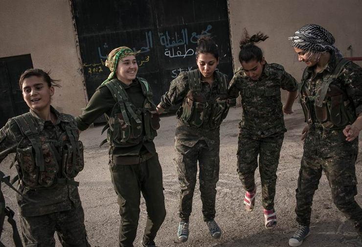 دختر های زیبای مبارز با داعش در حال رقص و پای کوبی
