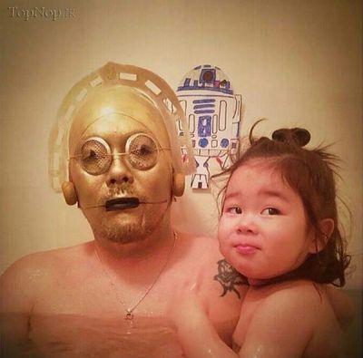این پدر برای حمام بردن کودکش تبدیل به مرد هزار چهره شد