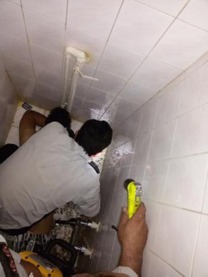 تصویر تلاش آتش نشان ها برای مرد تهرانی که دستش در توالت گیر کرده