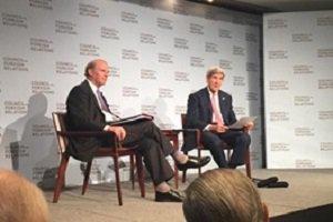 جان کری در حال پاسخ دادن به سوالات توافق هسته ای با ایران