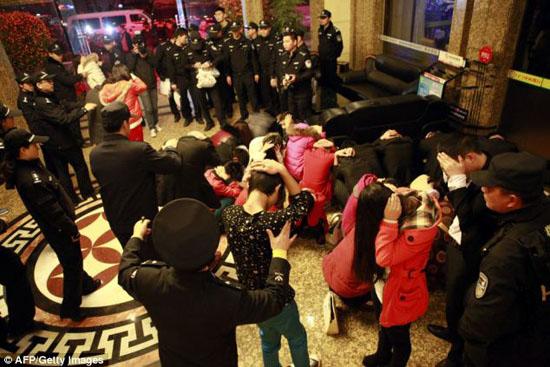 تصاویر منهدم شدن مرکز بزرگ فحشا در چین با 67 پسر و دختر عریان و نیمه عریان