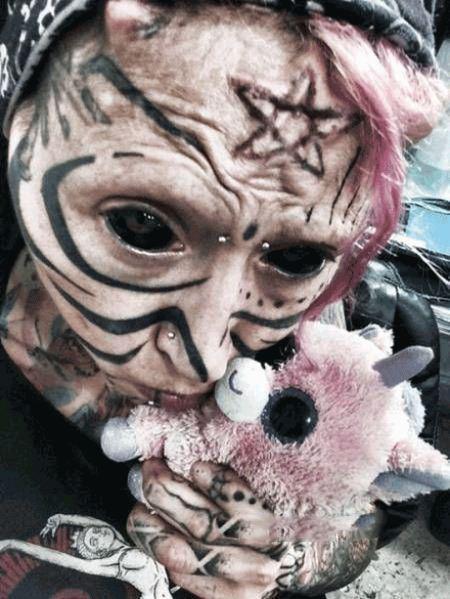 دختر ترسناکی که خود را شبیه جن کرده