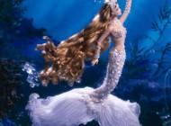 زن زیبایی که خود را به پری دریایی تبدیل کرد