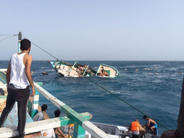 تصاویر وحشتناک از لحظه غرق شدن لنج تجاری در بندر سیریک