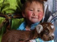 این دختر بدون لباس به زبان گاوی مسلط است