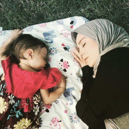 عکس الناز حبیبی با دخترش  و هم کلاسی هایش و همسرش