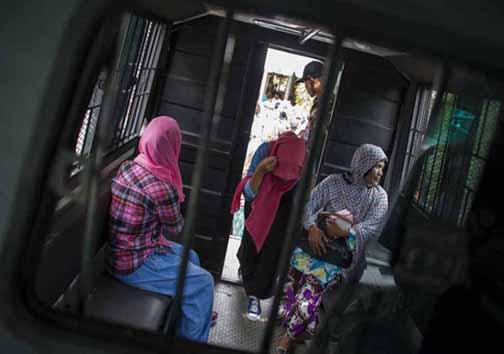 تصاویر اجرای حکم شلاق 3 زن و یک مرد در ملاعام