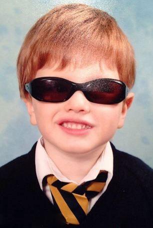 کودکی که دنیا رو از پشت عینک دودی میبیند