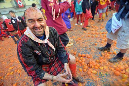 تصاویر جالب از جشن جنگ پرتقال در ایتالیا