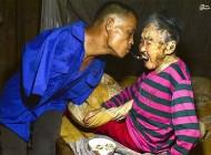 فرزندی که در اوج معلولیت پرستار مادرش شد