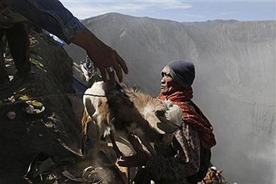 نذورات اهالی برومو در دل آتش فشان