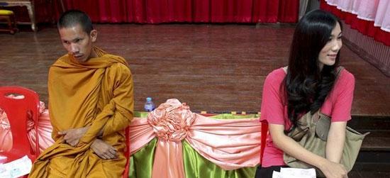 تصاویر دیدنی راهبان و ترانجنسی ها در صف ارتش!