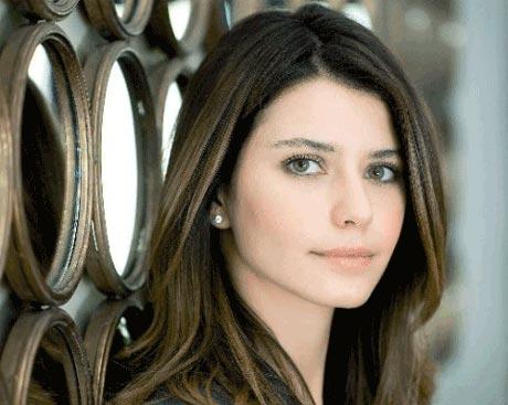بازیگر فاطما گل به دعوت یک شرکت ایرانی به تهران می آید