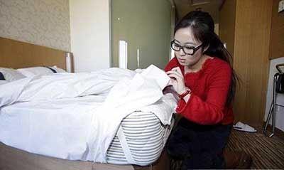 شغل عجیب این زن تست هتل های جهان است