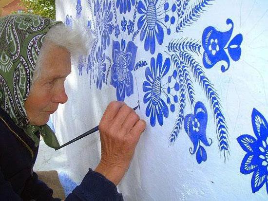 نقاشی دیواری های یک مادربزرگ ۸۷ ساله