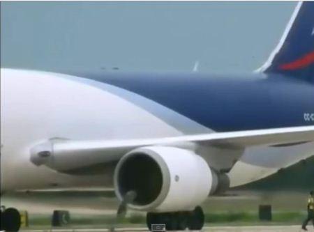 بلعیده شدن وچرخ شدن کارگر فرودگاه توسط ملخ هواپیما