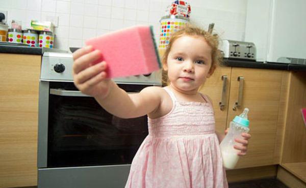 این کودک تبدیل به جارو برقی شده