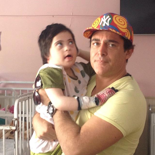 لحظات احساساتی شدن محمدرضا گلزار در یک مرکز توانبخشی