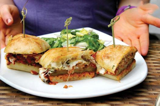 ساندویچ بادمجان پنیری مخصوص گیاهخواران