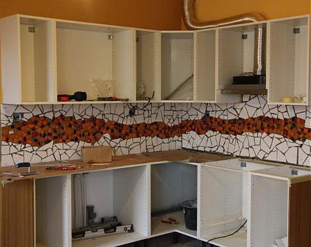 تزئین زیبای دیوار آشپزخانه با کاشی شکسته