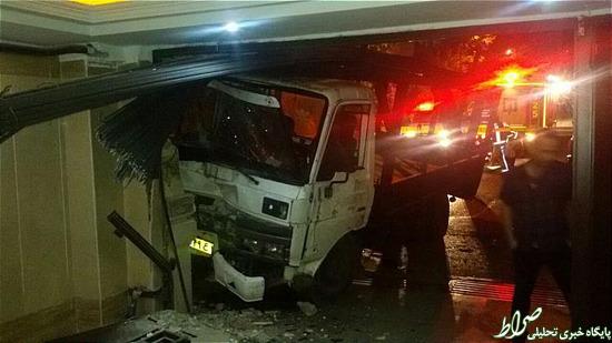واژگون شدن کامیونت حامل میلگرد در پارکینگ یک منزل