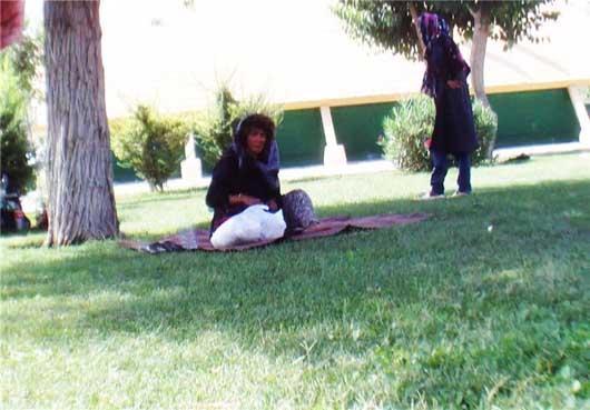 تجمع زنان و مردان معتاد در پارک خواجوی کرمانی