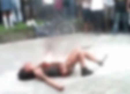 این دختر توسط اراذل و اوباش مورد ضرب و شتم قرار گرفت و سوزانده شد