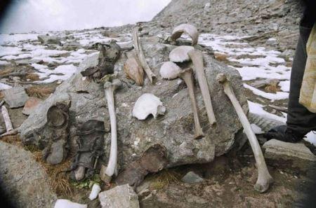 تصاویر دریاچه ای اسرار آمیز پر از اسکلت انسان ها