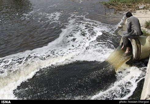 حرکت جنجالی عضو شورای شهر بندرعباس در اعتراض به سرازیر شدن پس آب فاضلاب