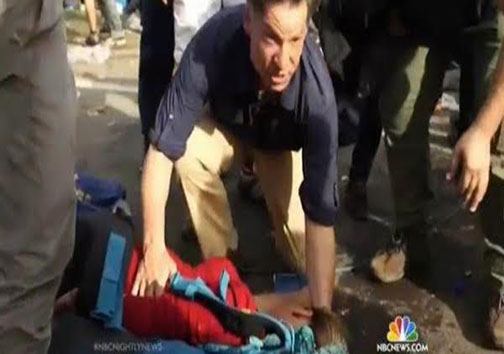 خبرنگار مرد نیکوکار در حال کمک به زن باردار