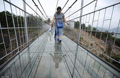 از روی این پل شیشه ای با احتیاط رد شوید + عکس