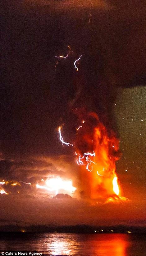 تصاویر غیر قابل باور برخورد ساعقه به آتش فشان فعال شیلی