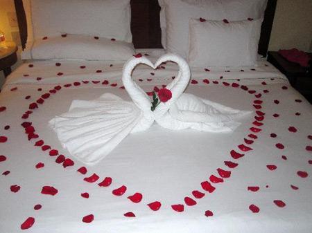 شیک ترین مدل تزیین اتاق خواب عروس با گل های طبیعی 2019