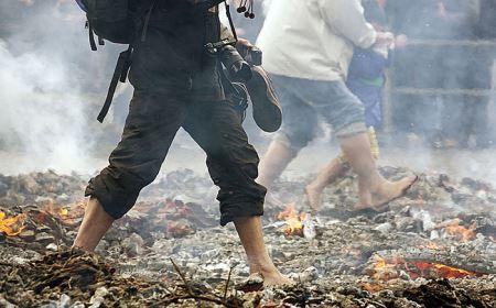 عکس های جالب از فستیوال پیاده روی روی آتش