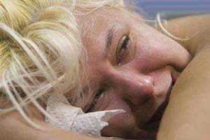 این زن دیوانه رکورد دار فرو کردن سوزن در بدنش شد