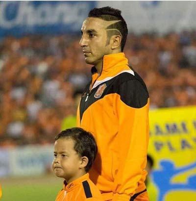 تیپ عجیب بازیکن استقلال  در تایلند + عکس