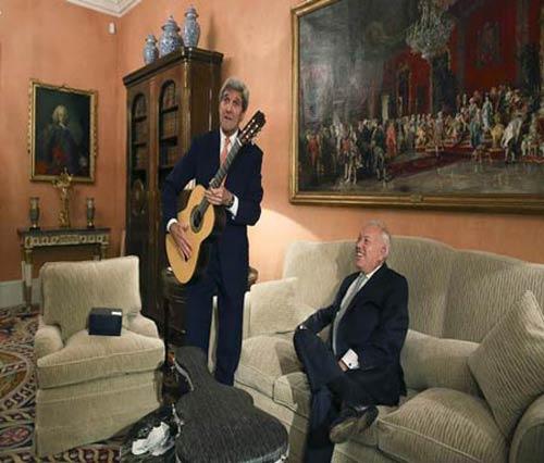 گیتار زدن جان کری در اسپانیا + عکس