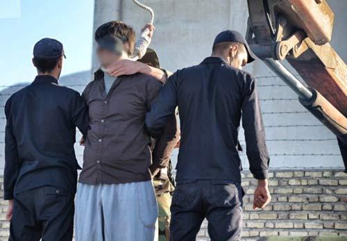 اعدام مرد متجاوز به زن شوهردار در ملاء عام + عکس