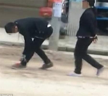 تنبیه تحقیر آمیز پسر جوان در خیابان بدست مادرش + تصاویر