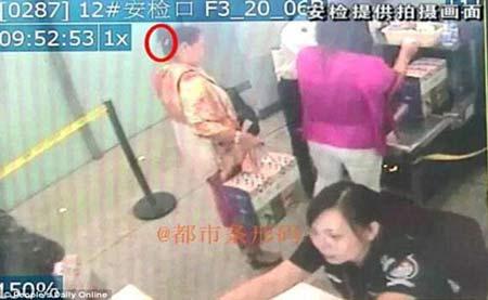 کار عجیب یک زن با چاقویی در سرش فرودگاه + تصاویر