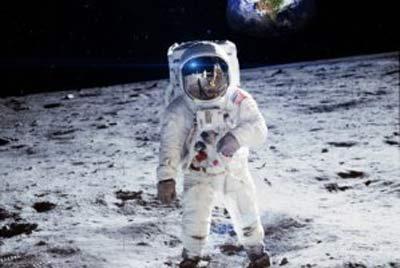 عکس سلفی یک فضانورد در حال پیاده روی در فضا