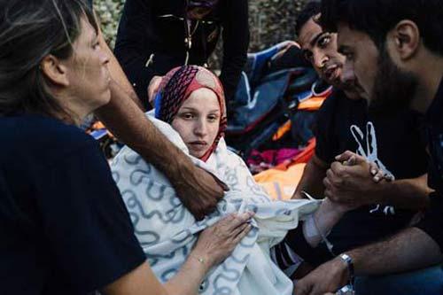 زایمان ناگهانی این زن زیبا در حال فرار از دست داعش + تصاویر