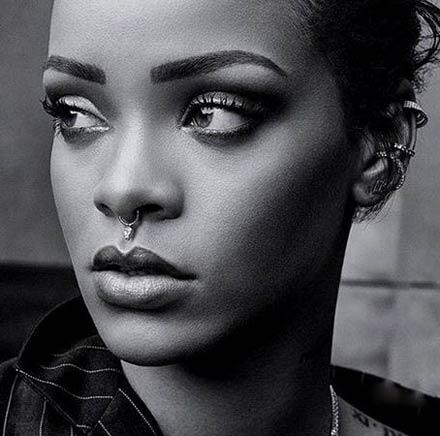 تیپ جدید خواننده معروف ریحانا با حلقه ای در بینی اش + عکس