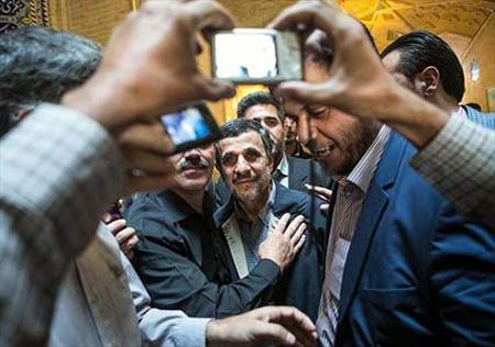 سلفی گرفتن احمدی نژاد در مراسم ختم هادی نوروزی ! +تصاویر