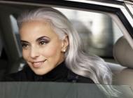 زیبایی این زن 59 ساله تعجب همگان را برانگیخت + تصاویر