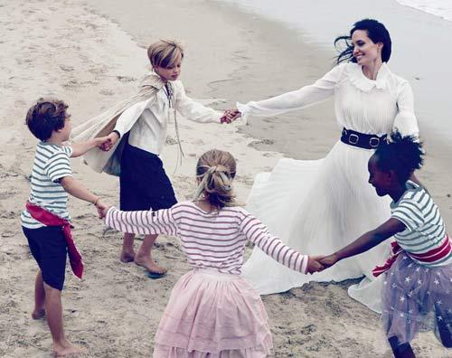 عکس جدید خوش گذرانی آنجلینا جولی و فرزندانش کنار دریا