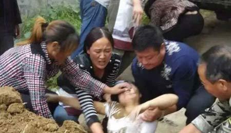 یک زن بدست مامور دولت در خیابان زنده به گور شد + عکس
