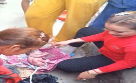 نوزادی که از درون سطل زباله زنده پیدا شد + تصاویر